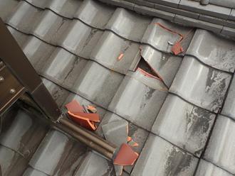 1階屋根の瓦の割れ