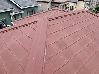 経年劣化によりスレート屋根が色褪せています