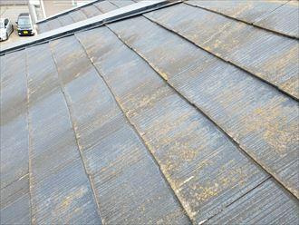 スレート屋根の塗装が剥がれ素地が露出