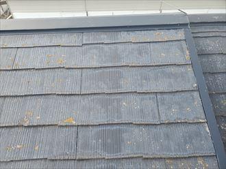 柏市増尾にて防水性が低下して色褪せているスレート屋根