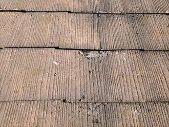 スレートの塗膜が剥がれて素地が露出していますので防水性を失っています