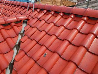 瓦屋根の棟の漆喰が剥がれて屋根の上に落ちています