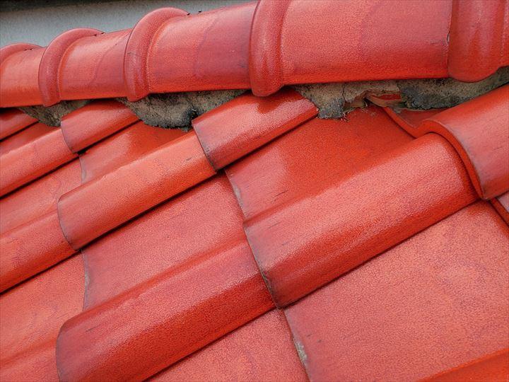 漆喰が剥がれて葺き土が露出しているので雨漏りの原因になります