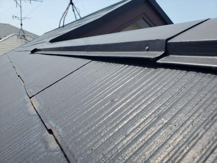 スレート屋根の棟板金が浮いており釘も浮いています