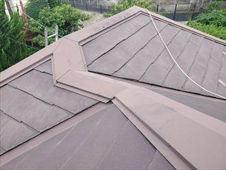 鎌ケ谷市東初富にてコロニアル屋根調査を行い屋根全体にひび割れを発見