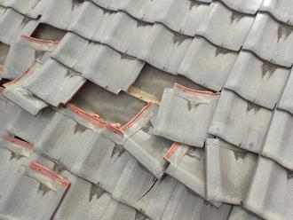 2階屋根の捲れた瓦