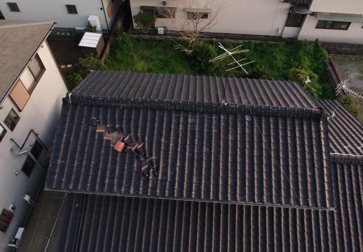 ドローンを飛行させて台風で被災してしまった瓦屋根の点検を行います