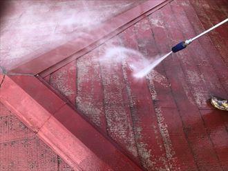 屋根塗装工事で屋根洗浄の様子