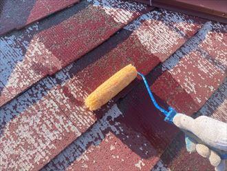 屋根塗装工事で下塗りの様子
