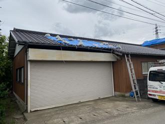台風によって屋根瓦が被災してしまった物置