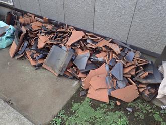 庭先には被災してしまった瓦が落下していました