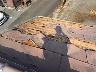 金属屋根も捲れてしまっています