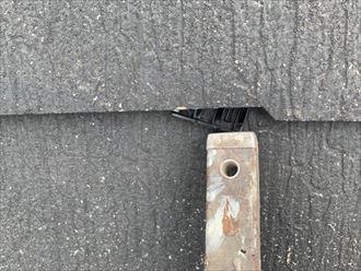 屋根塗装工事のタスペーサー設置の様子