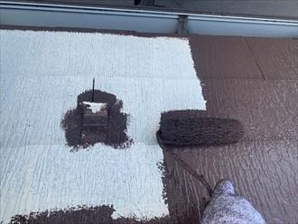 屋根塗装工事にて中塗りの様子