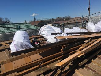 屋根材の撤去でかなり廃材が出ます