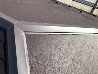 貫板の上から棟板金を固定します