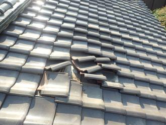 雨漏りが発生しているアパートの瓦屋根