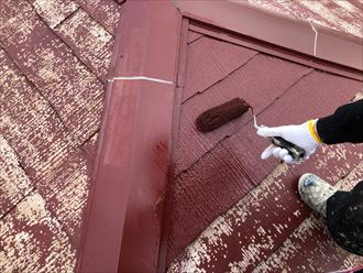 屋根塗装工事で中塗りの様子