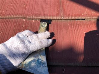 屋根塗装工事でタスペーサーを設置