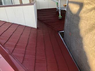 屋根塗装工事で下屋根塗装の様子