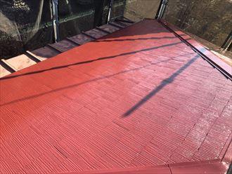 屋根塗装工事で上塗りの様子