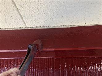 屋根塗装工事で雨押えを刷毛で塗装していきます