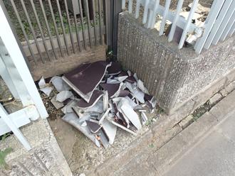 割れたセメント瓦は粉々になって落下していました