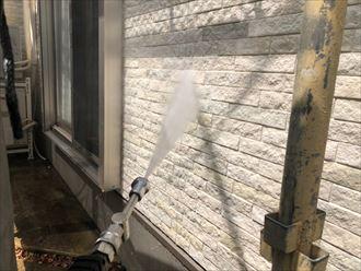 塗装工事における洗浄作業の様子