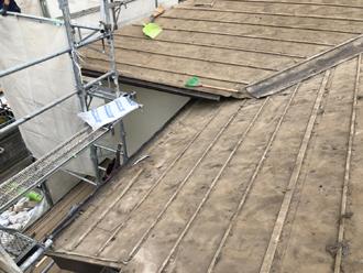 既存の屋根材(セメント瓦)を撤去します
