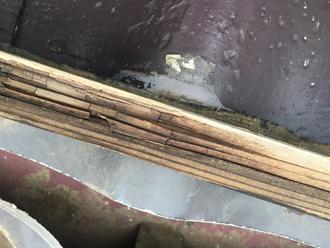 棟板金の貫板は黒く腐食しています