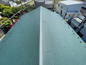 屋根葺き替え工事で新規屋根材のスーパーガルテクトを敷設