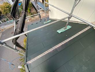 屋根葺き替え工事でスーパーガルテクトを下屋根に敷設