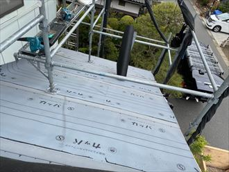 屋根葺き替え工事にて下屋根のルーフィング敷設の様子