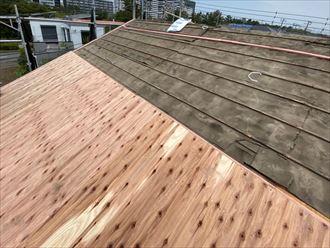 屋根葺き替え工事にて野地板を敷設