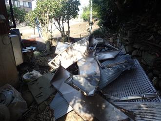 飛散してしまった屋根材は庭先にまとめられていました