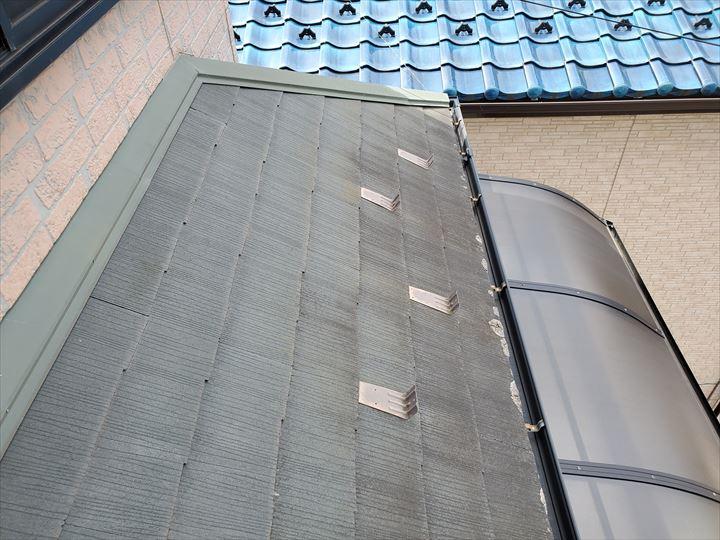 鎌ケ谷市南初富で屋根に苔が生えているスレート屋根調査