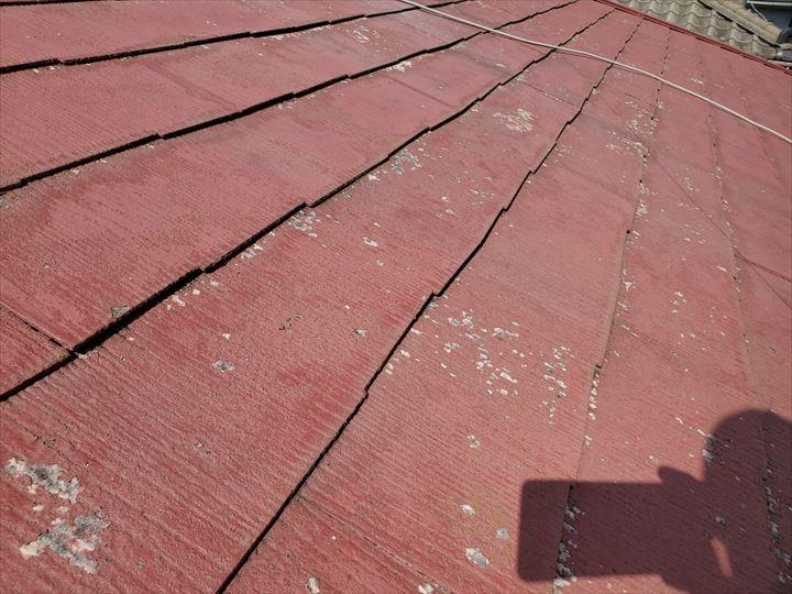 スレート屋根の塗膜が剥がれ素地が露出しているので耐久性の低下に繋がります