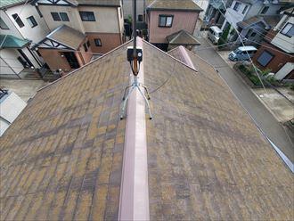 習志野市藤崎にて防水性が低下したスレート屋根の調査の様子