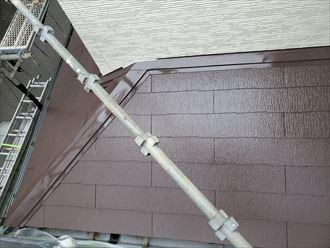 屋根塗装工事にて下屋根の上塗りの様子