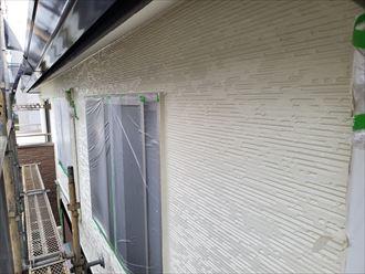 外壁塗装工事の上塗りの様子
