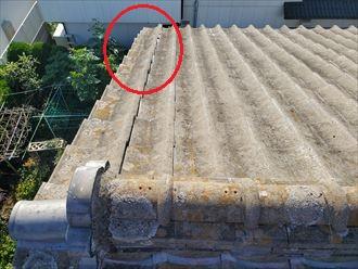 千葉市美浜区にて袖瓦がずれたセメント瓦屋根の調査の様子