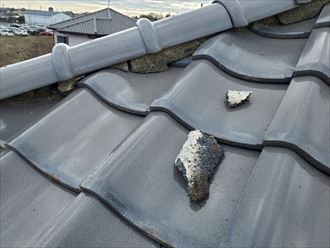 瓦屋根の棟の漆喰の剥がれ