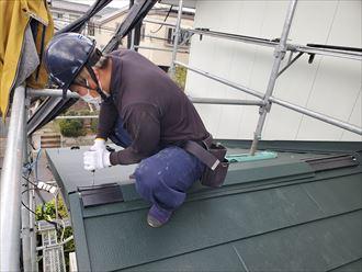 屋根葺き替え工事で棟板金の下地材の貫板を設置