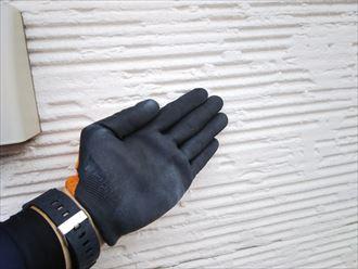 外壁の調査でチョーキング現象を確認