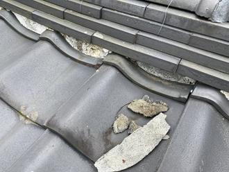 棟瓦の漆喰が剝離、被害が出る可能性
