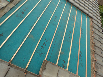 防水紙と瓦桟を設置