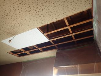 室内の天井張り替えの様子