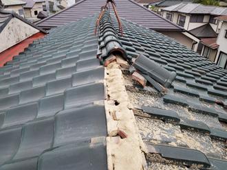 台風15号によって棟が崩壊した瓦屋根
