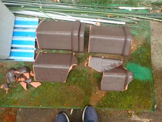 庭に落ちた瓦
