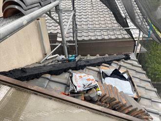 下屋根の棟取り直し工事の様子